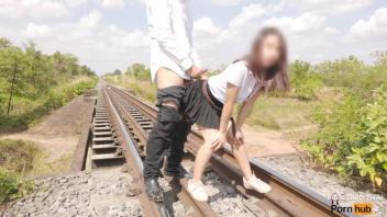 เสียบหี เว็บโป๊18+ เย็ดเสียว เย็ดบนรางรถไฟ เย็ดนอกสถานที่