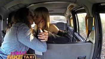 โป๊เลสเบี้ยน แลกลิ้น เอากัน เย็ดในรถแท็กซี่ เย็ดเลสรัสเซีย