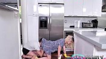 โดนลูกเลี้ยงเย็ด แอบเย็ดแม่เลี้ยง แอบดูหี แนวครอบครัว เอากับแม่เลี้ยง